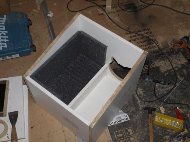 Stari gumeni otirač kao izolacija. Bilo bi bolje izolirati čitav prostor, ali nisam više imao materijala. Ideja ovog projekta je ionako bila iskoristiti viškove i otpadni materijal.