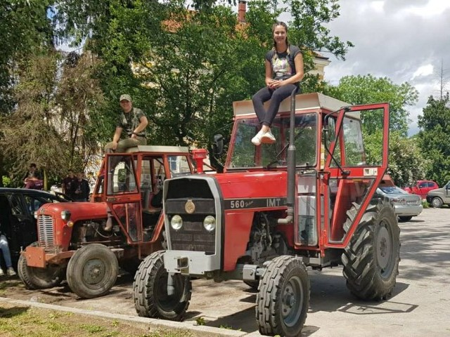 Maturantice-na-traktoru